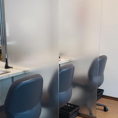川崎の質屋【渡田質店】席と席の間はアクリルパーテーションで間仕切りしております